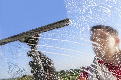 Mycie okien bez zacieków i smug – czy to w ogóle możliwe?
